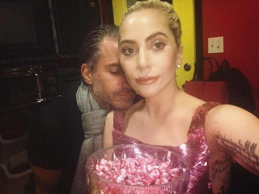 Леди Гага похвасталась шикарным помолвочным кольцом