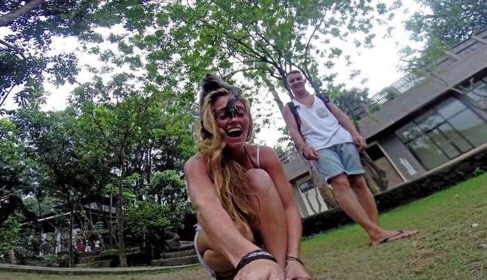 Макака отобрала камеру у туристки, чтобы сделать селфи