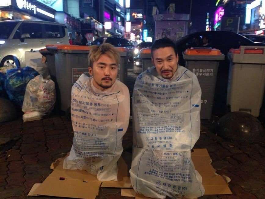 Новый хит интернета - селфи в пакетах на голое тело