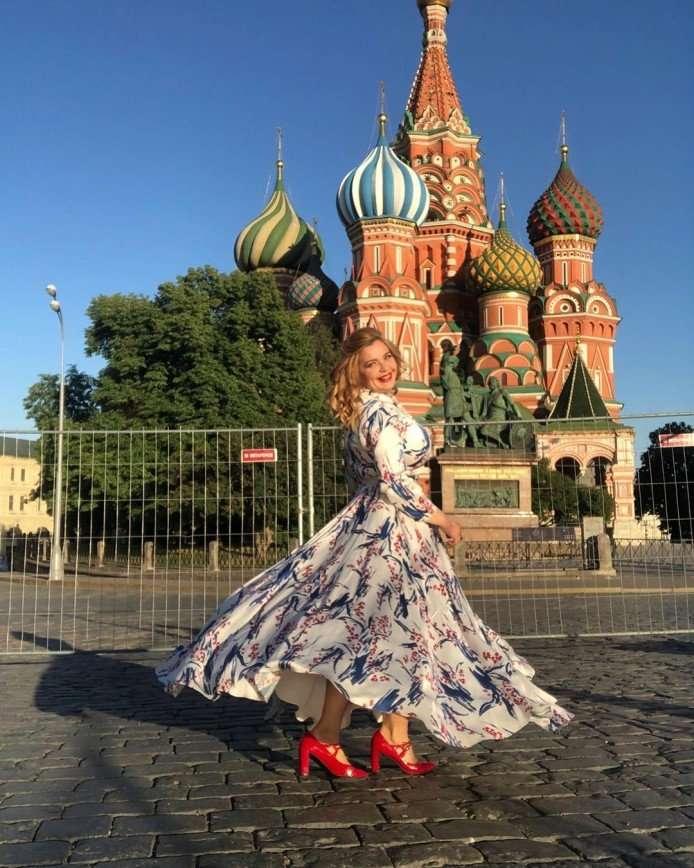 В красных туфлях на Красной площади: Ирина Пегова очаровала столичных модниц летним нарядом
