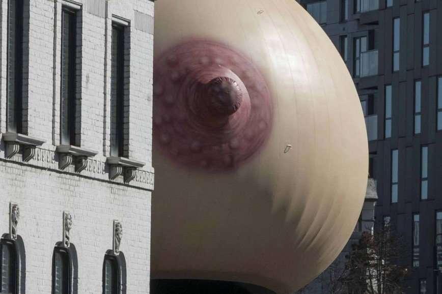 Гигантская грудь в поддержку публичного кормления