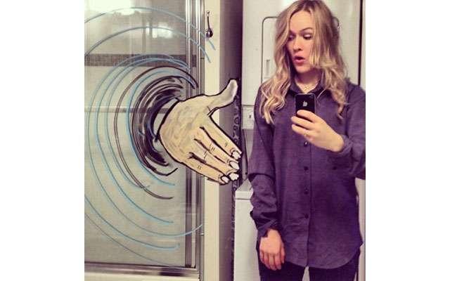 Норвежская художница превратила селфи в искусство