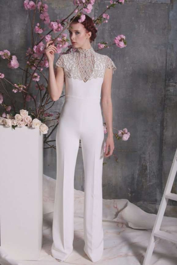 Уж замуж невтерпеж: как черный цвет, брюки и перья стали хитами свадебной моды