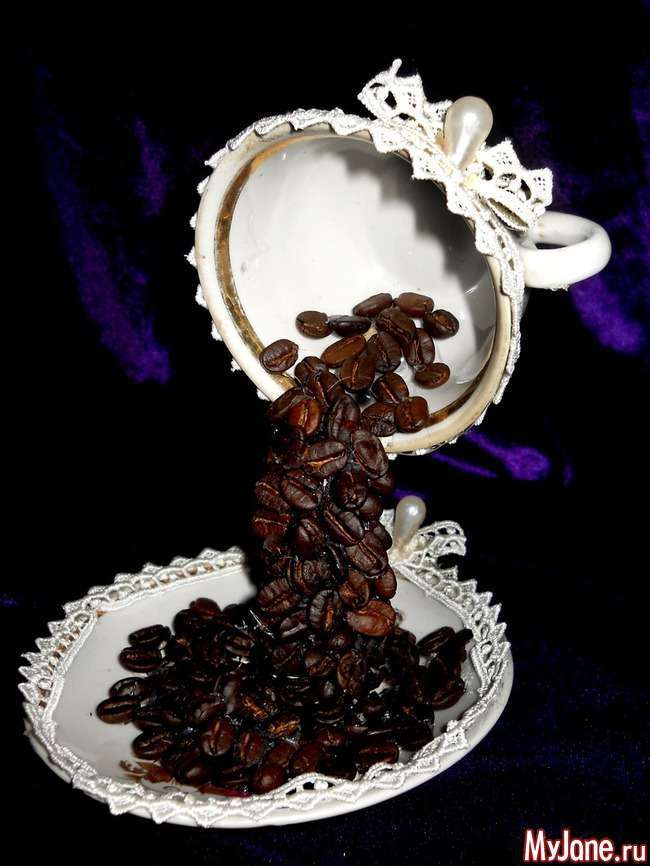 Чашечка з пролитим кави