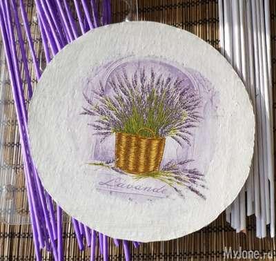 Панно з декупажем в плетеному рамі з паперових трубочок